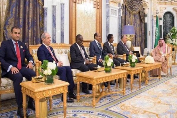 العاهل السعودي خلال استقباله عدد من وزراء الخارجية العرب