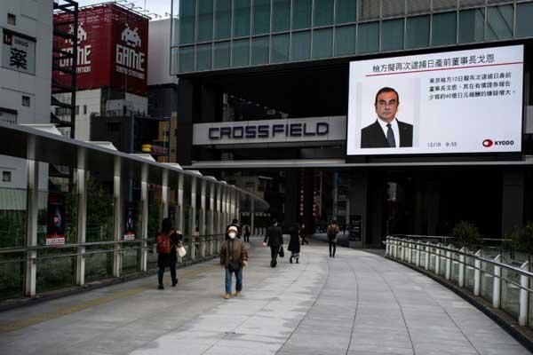 شاشة تلفزيونية تبث برنامجًا إخباريًا وتعرض صورة لكارلوس غصن في طوكيو يوم الإثنين 10 ديسمبر 2018