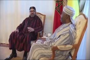 الملك محمد السادس أثناء زيارته لرئيس الغابون علي بونغو في المستشفى العسكري بالرباط