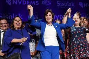 الديموقراطية جاكي روزين تحتفل بعد فوزها على منافسها الجمهوري دين هيلر