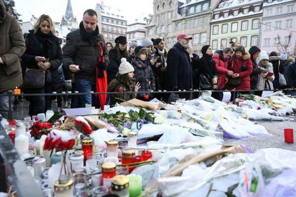 زهور وشموع تكريمًا لضحايا اعتداء ستراسبورغ في ساحة كليبر بتاريخ 16 ديسمبر 2018