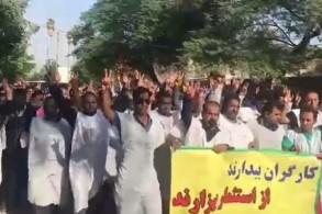 عمال الاهواز يرتدون الأكفان هاتفين ضد النظام الإيراني