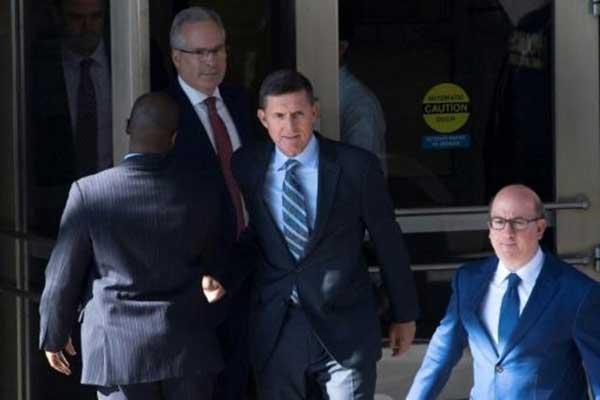 مايكل فلين المستشار السابق للرئيس الأميركي دونالد ترمب يغادر المحكمة الفدرالية في واشنطن بتاريخ 1 ديسمبر 2017