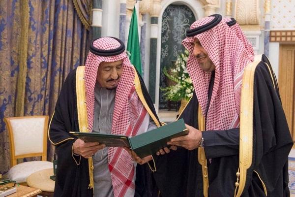 العاهل السعودي خلال تسلمه تقرير ديوان المراقبة