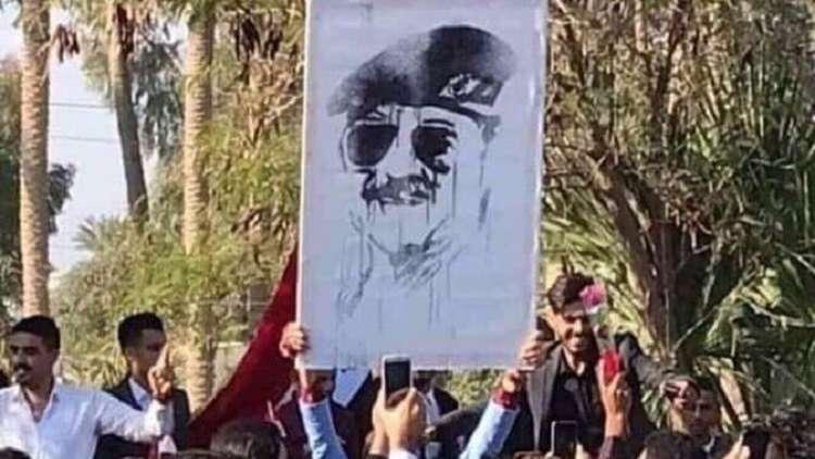 طلاب في جامعة الانبار يرفعون صورة لصدام