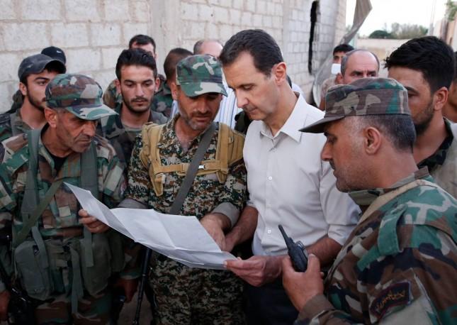 بشار الأسد محاطا ببعض قادته العسكريين وجنوده - أرشيفية