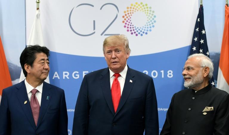 ترمب متوسّطاً رئيسي الوزراء الهندي ناريندرا مودي (يمين الصورة) والياباني شينزو آبي خلال اجتماع ثلاثي على هامش قمة مجموعة العشرين في بوينوس آيرس في 30 نوفمبر 2018.