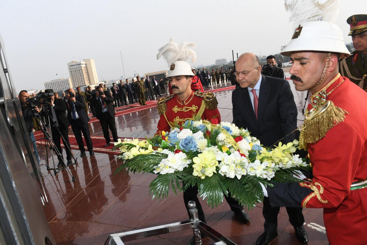الرئيس صالح يضع اكليلا من الزهور على ضريح الجندي المجهول في بغداد