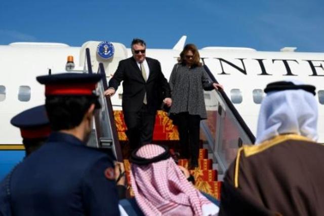 وصول وزير الخارجية الأميركي مايك بومبيو وزوجته سوزان إلى مطار المنامة، الجمعة 11 كانون الثاني/يناير 2019