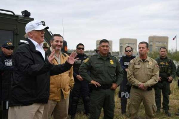 الرئيس الأميركي يتفقد الحدود مع المكسيك خلال زيارة إلى مدينة ماكالين بتاريخ 10 يناير 2019