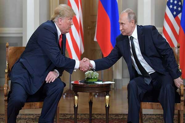 مصافحة بين الرئيسين الأميركي دونالد ترمب والروسي فلاديمير بوتين في هلسنكي بتاريخ 16 يوليو 2018