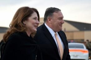 وزير الخارجية الأميركي مايك بومبيو وزوجته سوزان بومبيو في مدرّج قاعدة أندروز الجوية - أ ف ب