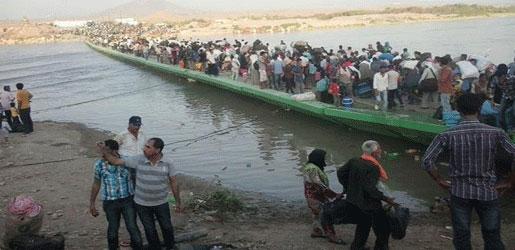 لاجئون سوريون يعبرون جسر فيشخابور على نهر دجلة الى اقليم كردستان العراق