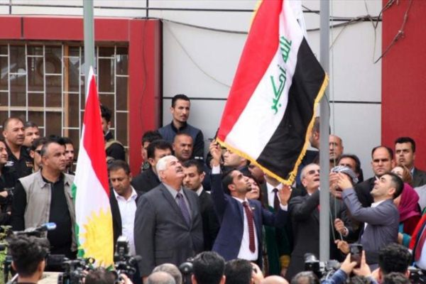 السلطات الاتحادية تنزل علم كردستان في كركوك وترفع مكانه العلم العراقي في اكتوبر 2017
