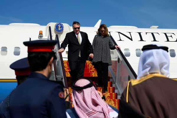 وصول وزير الخارجية الأميركي مايك بومبيو وزوجته سوزان إلى مطار المنامة الجمعة 11 يناير 2019