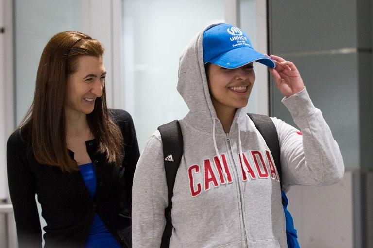 رهف القنون (يمين) لحظة وصولها إلى كندا