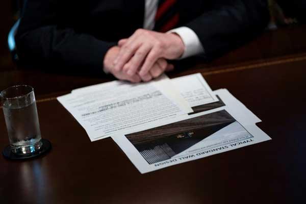 مذكرات وصور أمام الرئيس الأميركي دونالد ترمب خلال اجتماع حول أمن الحدود في البيت الأبيض في واشنطن بتاريخ 11 يناير 2019