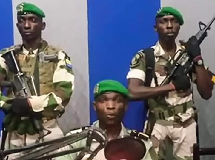 جنود مشاركون في الانقلاب الفاشل خلال القاء خطاب إذاعي