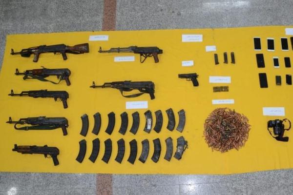 جانب من الأسلحة والقنابل والجوالات التي تم ضبطها