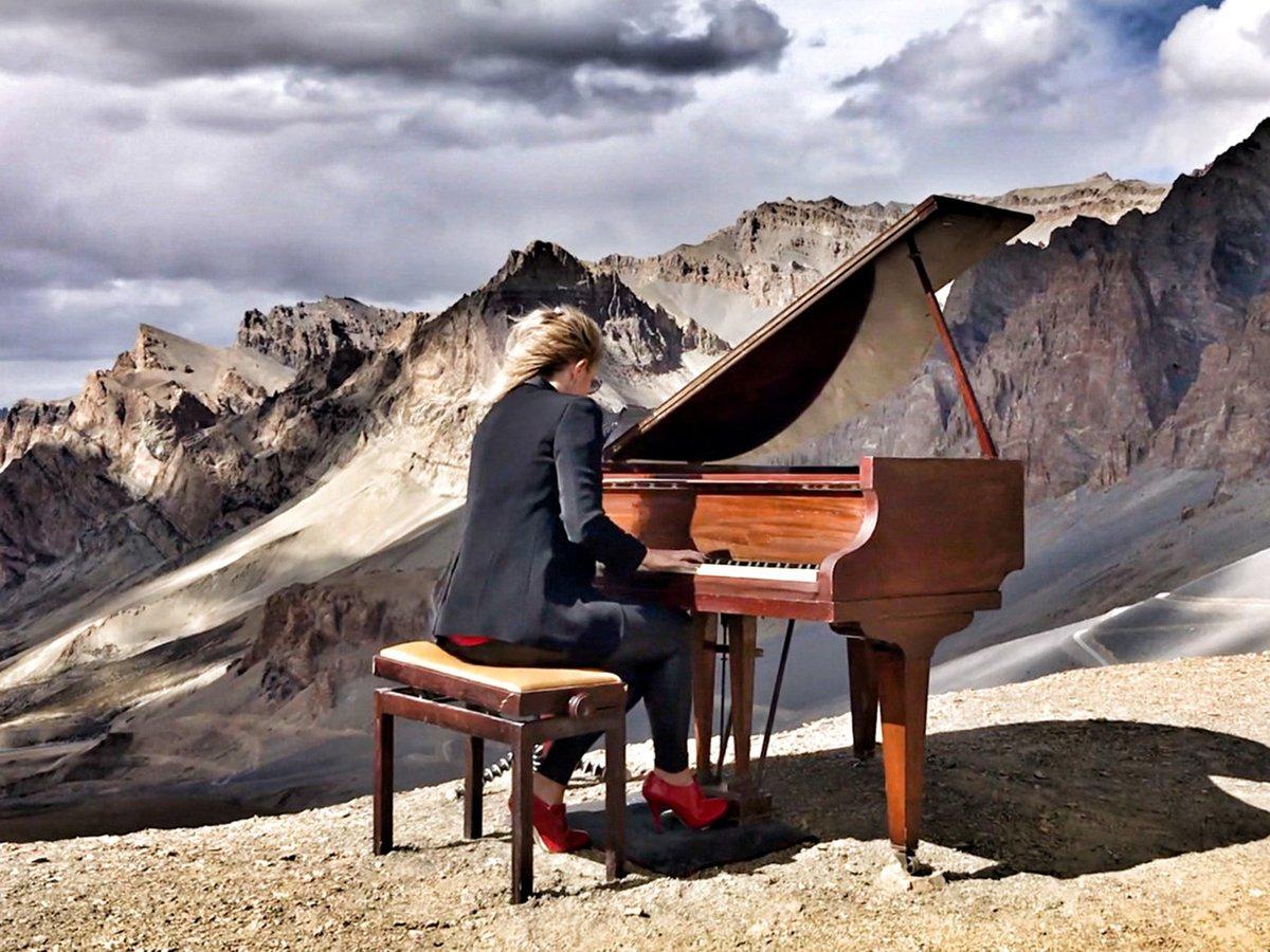 العازفة البريطانية ايفيلينا دي لين تقدم عرضها على ارتفاع شاهق
