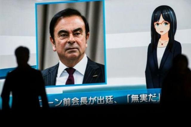مارة أمام شاشة تلفزيون تبث برنامجا إخباريا عن الرئيس السابق لشركة