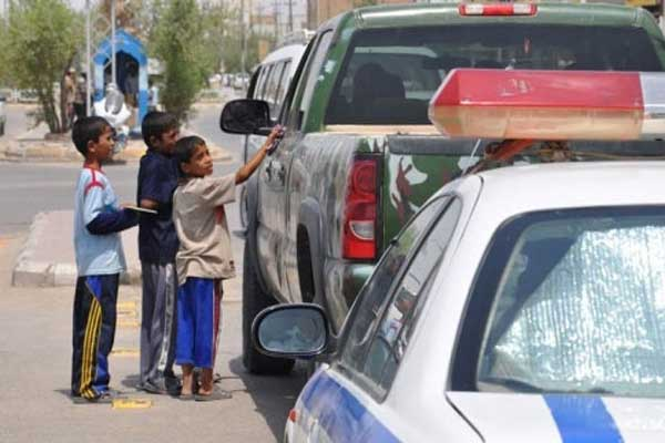 أطفال عراقيون يتسوّلون في أحد شوارع العاصمة
