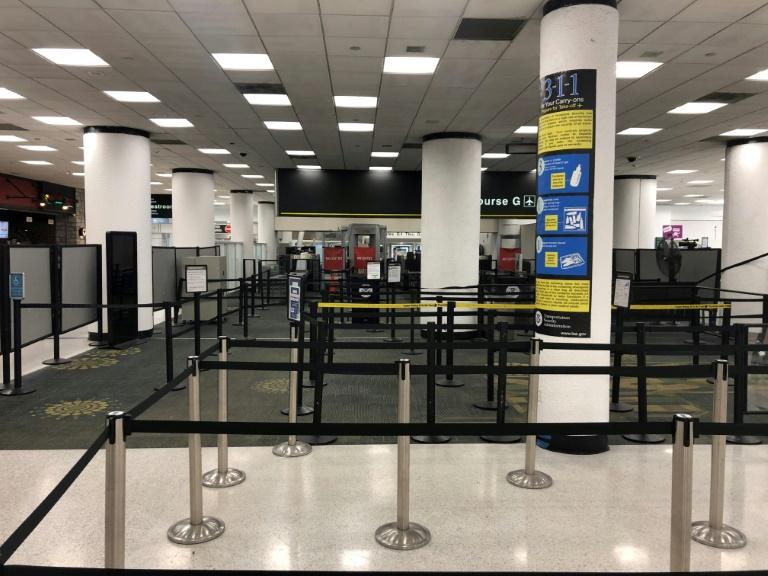 نقطة مراقبة أمنية مقفرة بسبب الإغلاق الجزئي للحكومة الفدرالية الأميركية في مطار ميامي الدولي في 12 يناير 2019