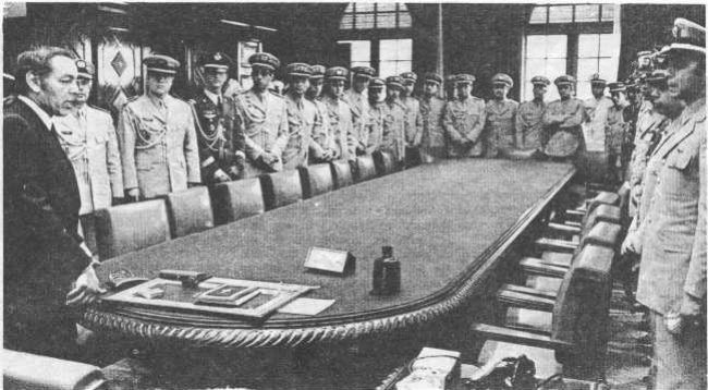 العاهل المغربي الراحل الحسن الثاني في اجتماع مع قيادات الجيش