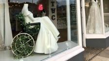 لماذا لقيت صورة لفستان زفاف في واجهة محل ثناءا كبيرا؟