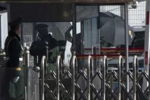 الجنرال الكوري الشمالي خلف مظلات تحجبه عن الأنظار لدى وصوله إلى مطار بكين في 17 يناير 2019