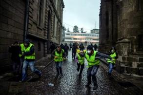 محتجون فرنسيون يفرون أمام الشرطة الفرنسية خلال تظاهرة ضد الحكومة دعا إليها