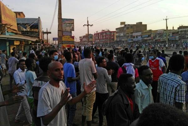 سودانيون يتظاهرون ضد الحكومة في الخرطوم في 15 يناير 2019