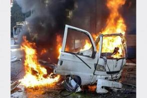 صورة وزعتها وكالة الأنباء السورية لسيارة تحترق في اللاذقية بعد انفجار سيارة مفخخة فيها
