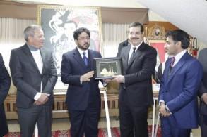 السفير الإماراتي بالرباط ومحافظ أفران لدى إطلاقهما المبادرة الإنسانية