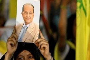 مناصرة لحزب الله ترفع صورة للرئيس اللبناني ميشال عون