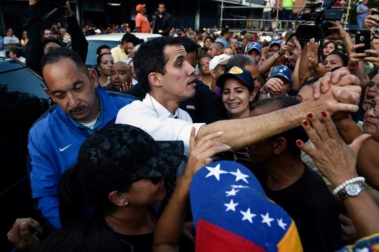 رئيس البرلمان الفنزويلي المنتخب حديثا خوان غوايدو بين أنصاره
