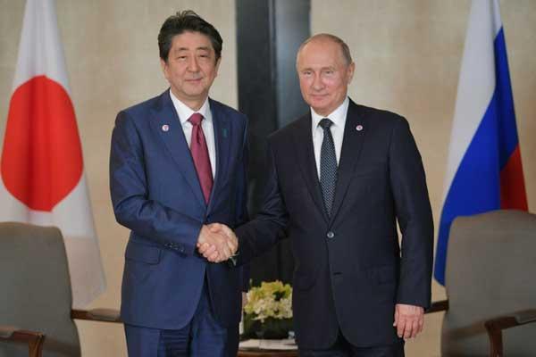 الرئيس الروسي فلاديمير بوتين يلتقي رئيس وزراء اليابان شينزو آبي في سنغافورة بتاريخ 14 نوفمبر 2018