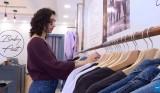 مصممة فلسطينية تريد مواجهة التحرّش بملابس تحمل عبارات تحدٍ