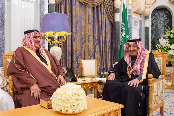 العاهل السعودي خلال استقبال وزير الخارجية البحريني