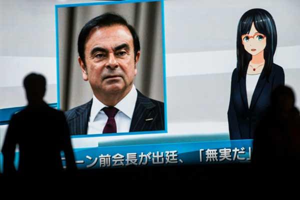 مارة أمام شاشة تلفزيون تبث برنامجًا إخباريًا عن الرئيس السابق لشركة