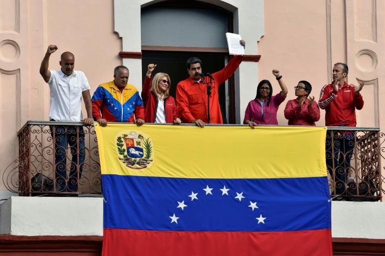 الرئيس الفنزويلي نيكولاس مادورو يعلن أمام حشد من انصاره في كراكاس في 23 كانون الثاني/يناير 2019 قطع العلاقات الدبلوماسية مع الولايات المتحدة