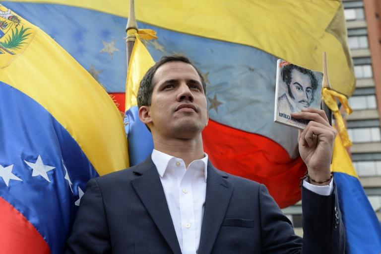 خوان غوايدو رئيس البرلمان الذي تسيطر عليه المعارضة يعلن نفسه