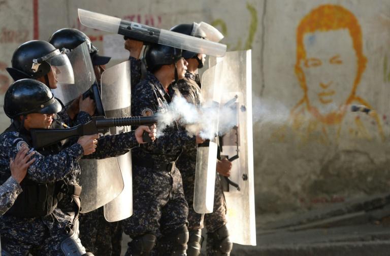 شرطة مكافحة الشغب تصد متظاهرين في كراكاس
