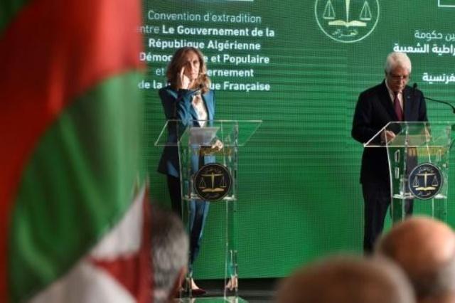 وزير العدل الجزائري الطيب لوح في مؤتمر صحافي مع نظيرته الفرنسية نيكول بيولبيه في الجزائر في 27 كانون الثاني/يناير 2019