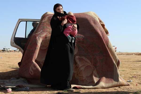 ليونورا الألمانية التي تزوجت عنصرًا في داعش مع طفلها قرب الباغوز في شرق سوريا في 31 يناير 2019