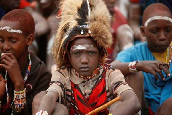 فتى من قبيلة ماساي يشارك في حفل لتكريم مجموعة من سنه بالقرب من مدينة بيسيل، مقاطعة كاجيادو في كينيا