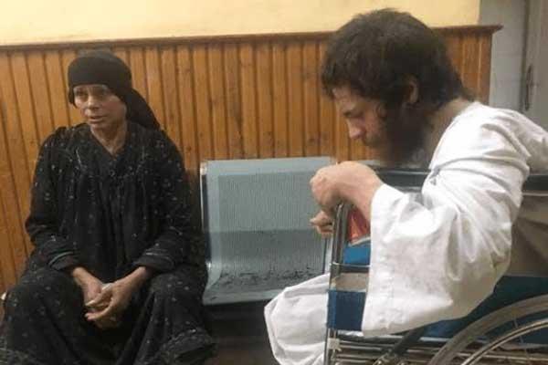الشاب بعد إنقاذه... والأم تجلس في مواجهته