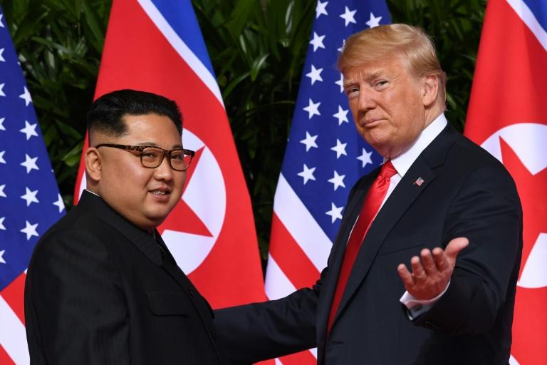 صورة من الارشيف التقطت بتاريخ 12 حزيران/يونيو 2018 تظهر الرئيس الأميركي دونالد ترمب (يمين) اثناء لقائه زعيم كوريا الشمالية في سنغافورة