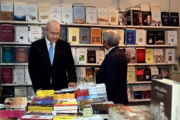 الرئيس صالح متجولا في معرض الكتاب العراقي في بغداد