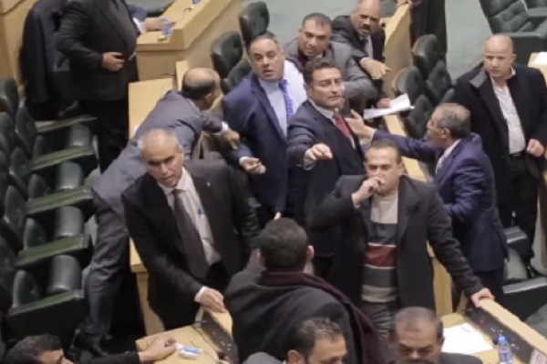 إحدى المعارك تحت قبة البرلمان الأردني
